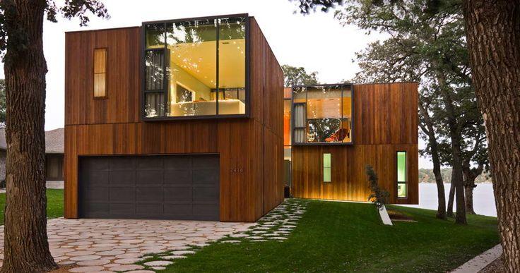 Вариант деревянного загородного дома коричневого цвета в современном стиле с интересными окнами