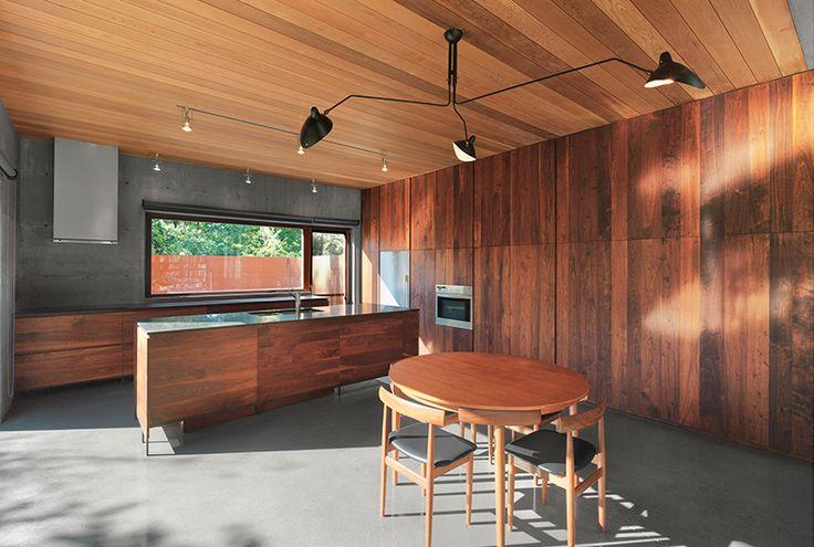 Vue de la cuisine et de la salle à manger / Kitchen and dining area view.  Henri Cleinge Architectes - Résidence Beaumont / Beaumont Residence  © Marc Cramer