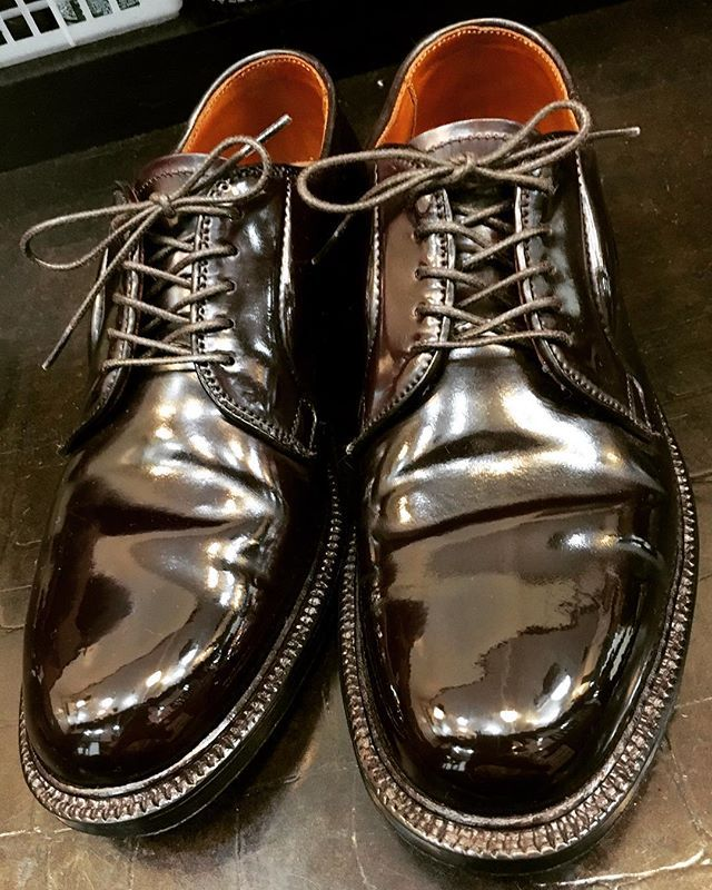 2017/09/18 21:34:12 show1fujita_shoeshiner 昨日コメントいただいたので✋ 僕が初めて買ったコードバンも990でした!ハワイのレザーソウルから個人輸入しました(^^) #alden #usa #cordovan #shoeshine #shoepolish #polish #mirror #shoes #boots #leathershoes #leather #suit #clothes #fashion #style #cool #オールデン #アメリカ #コードバン #靴磨き #鏡面磨き #磨き #靴 #ブーツ #革靴 #革 #スーツ #ファッション
