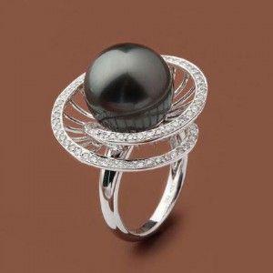 Кольцо с жемчугом черными и белыми бриллиантами.