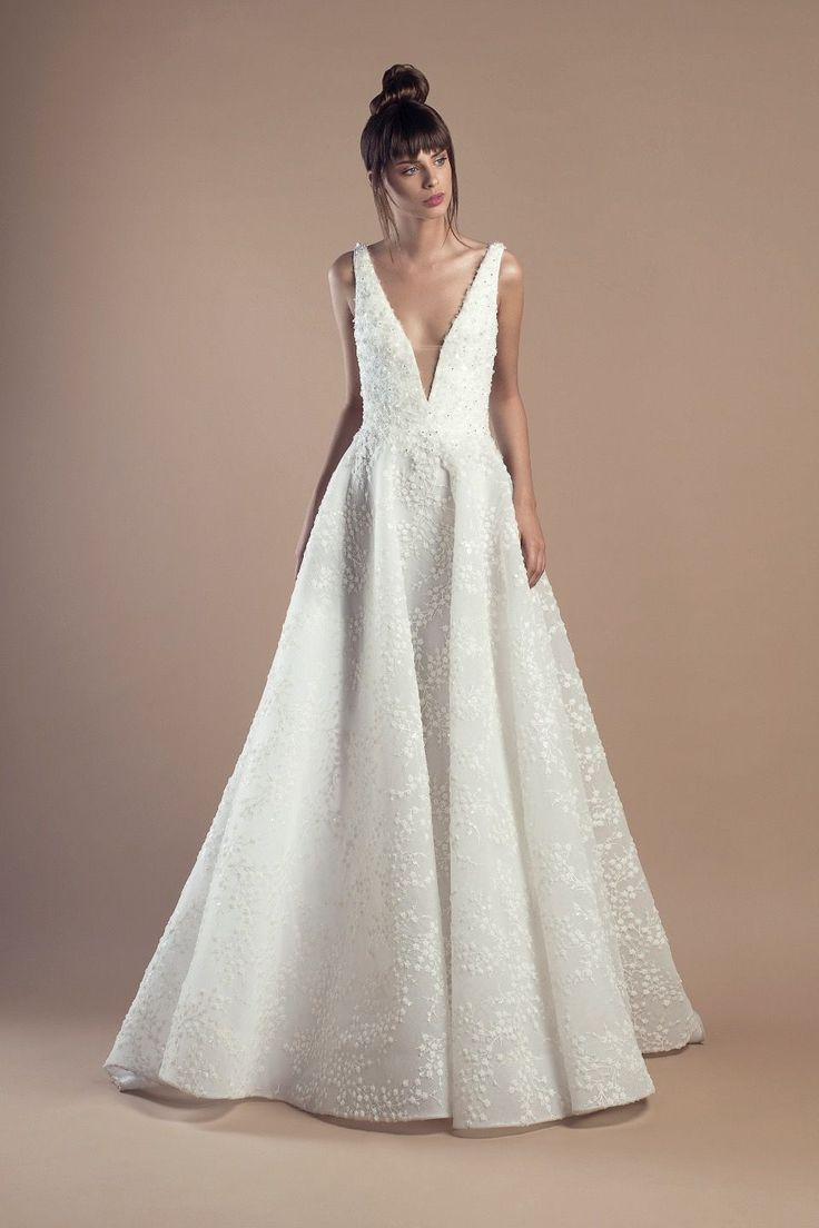 Tony Ward Bridal 2018 l Dany  l Off white A-line dress in organza and embroidered tulle, with deep V-neckline and a Court train.