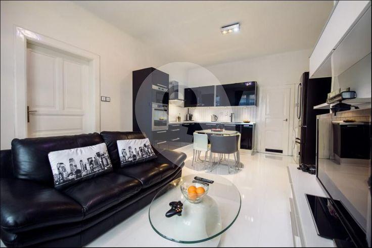 Prodej bytu 2kk 52m2 + 6m2 sklep v OV, 3. Nadzemní patro, ul. Františka Kadlece, po kompletní rekonstrukci, exkluzivní podlahy, rozvody vody, elektroinstalace, kuchyň, komíny atd...(cca 2012) . Vbytě jsou 2 vestavěné skříně (1,8x 2,5m a 3x2,5 m ) + další drobné uložné prostory a malá prosklená lodžie – viz plán bytu.  Moderní prostorná kuchyň, indukce, trouba, myčka, mikrovlnka, možno přenechat i lednici. MHD 1 min, obchodní centra do 5 min. autem, parkovani před domen – bez parkovacích…