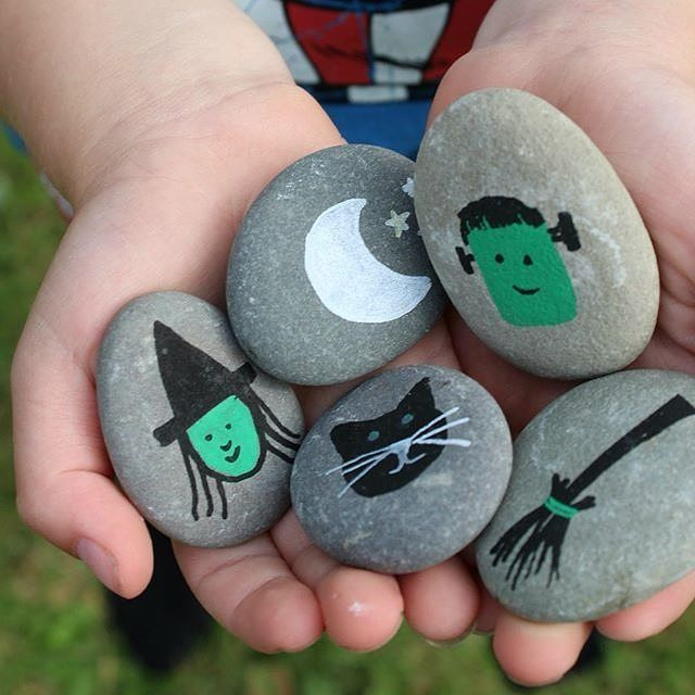 🎃Get into the Halloween spirit with your little ones with these DIY painted stones. Your kids will love spooky story time with these story stones. Image via @craftsonsea. #youngacademics #halloween
