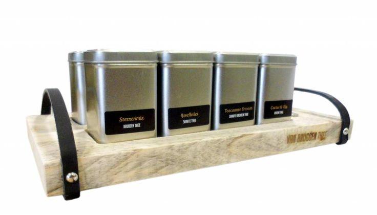 Prachtige theeplank van Van Bruggen Thee. Stoer uiterlijk vanwege het steigerhout en de lederen afwerking. Voorzien van 8 dichte blikjes met losse thee. De losse thee op de theeplank kiest u zelf uit. Exclusief hier verkrijgbaar!