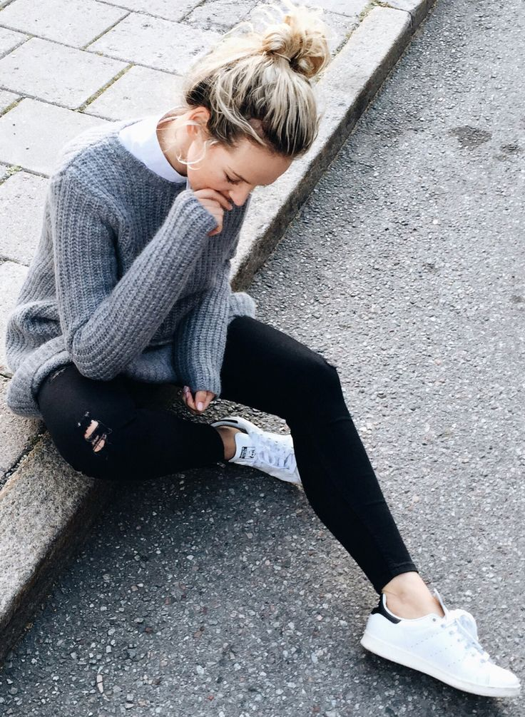 Rosanna van Billie-Rose wears a casual marl grey knit with skinny black jeans and white sneakers. Sweater: Cos, Jeans: Paige denim, Sneakers: Adidas, Watch: Larson & Jennings.