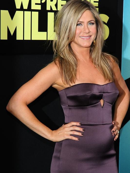 Jennifer Aniston flaunts curvier figure !!!