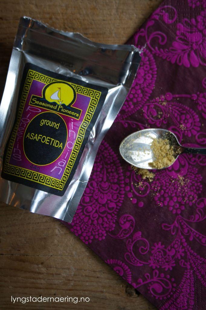 Asafoetida eller asafetida er et krydder somvil gi retten din en smak som minner om løk og hvitløk – helt uten FODMAPs! Asafoetida er veldig vanlig i indisk matlaging, blant annet i vegetariske curries. Det ryktes at asafoetida er flatulensreduserende (altså – at det reduserer promping) og har derfor blitt brukt som medisin mot gassplager …
