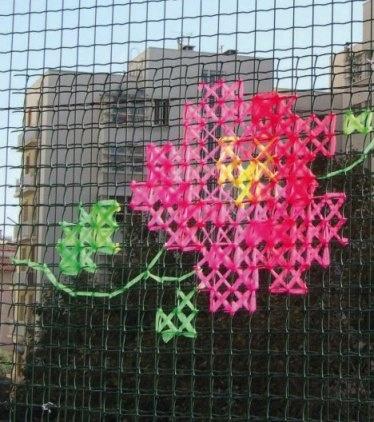 Une clôture en grillage brodée... Quand on a pas le choix sur la clôture, c'est un joli moyen de la camoufler!