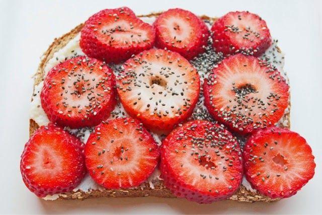 Volkorenbrood met honing, ricotta, aardbeien en chiazaad. Gezond broodbeleg.