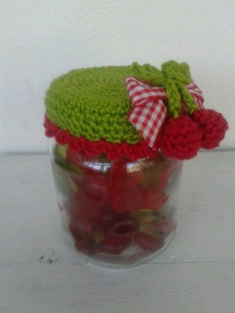 Kersen potje haken. Crochet cherry jar with candy.