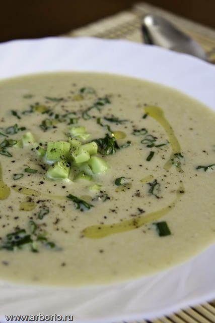 """Несмотря на вполне очевидно французское название, французские корни и даже французское происхождение автора, вопрос о том, к какой кухне относить холодный суп из картофеля и порея с романтичным названием """"вишисуаз"""", не так-то прост. Как ни крути, но создан рецепт супа вишисуаз был в США, во время работы его автора, шефа Луи Диа, в отеле Риц-Карлтон в Нью-Йорке, и под влиянием американских реалий. Впрочем, как бы ни была запутана эта почти детективная история, сам суп действительно очень…"""