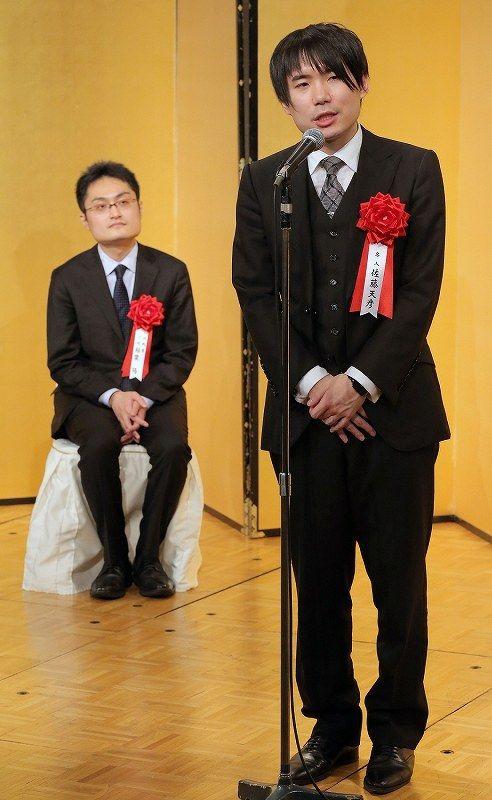 第75期名人戦第1局前夜祭であいさつする佐藤天彦名人(右)。左は挑戦者の稲葉陽八段