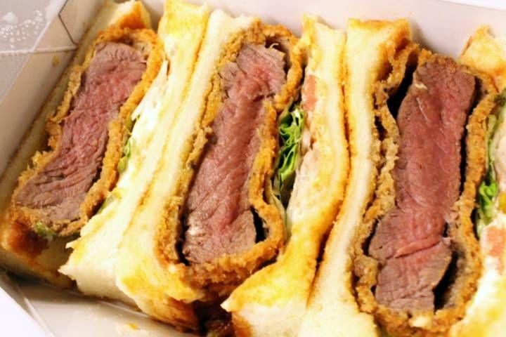 一度は食べてみたい、京都で予約の絶えない名店「肉専科 はふう」のカツサンド。サクサク衣に包まれたヒレカツは、肉厚ジューシーで絶品です。