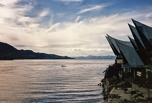 Indahnya Danau Toba dengan rumah adat di sampingnya