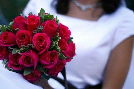 bouquet di rose rosse e pitosforo