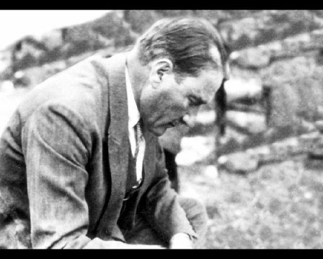 #ATATÜRK'ÜM Öyle bir açmaza düştü ki vatan Uyku belli değil düş belli değil Çöktü üstümüze bir kara duman Işık belli değil, loş belli değil Ümit Yaşar Oğuzcan, 1926