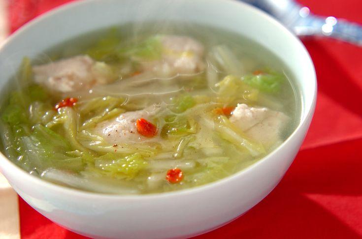 白菜は葉と軸を時間差で加えるのがポイント!鶏団子からもおいしい旨味がでているので、スープも残さず召し上がれ!鶏団子と白菜の中華スープ/横田 真未のレシピ。[中華/煮もの]2011.02.01公開のレシピです。