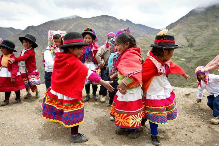Perú: estas niñas asisten a sus clases de preescolar en comunidades alejadas de las montañas de Perú. Sus maestros usan la danza, el canto y la narración de cuentos para ayudar a construir una base en su educación porque aún son muy pequeñas. Gracias al apadrinamiento haces posible que sucedan cosas asombrosas como esta.  © 2012 Abby Stalsbroten/World Vision