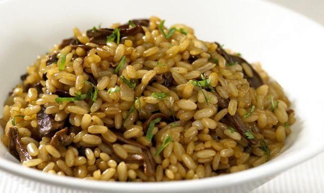 Плов из (сушеных) грибов Плов из грибов, вкусное вегетарианское блюдо, рис содержит мало калорий, а растительный грибной белок — мощный источник энергии для организма. Сам по себе рецепт очень простой, можно использовать как свежие грибы, так и сушеные.