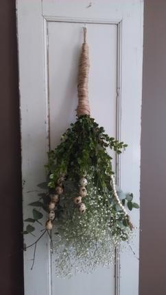 Hangend voorjaars bloemstuk met jutetouw, gipskruid, houten kralen, kwartel eitjes (geregen aan ijzerdraad), takken, etc. Weer eens wat anders dan een krans. Ook leuk om weg te geven met een verjaardag of moederdag :)