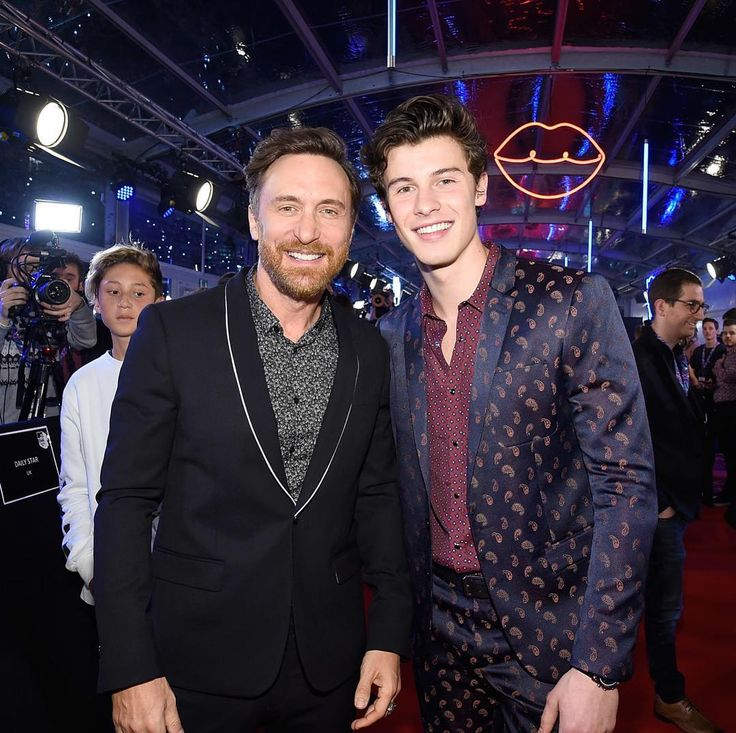 """2,821 curtidas, 17 comentários - Shawn Mendes Updates (@shawnmendesupdates1) no Instagram: """"November 12: @shawnmendes on the red carpet at the 2017 #MTVEMA in London #ShawnMendes#EMAs""""12/11/17"""