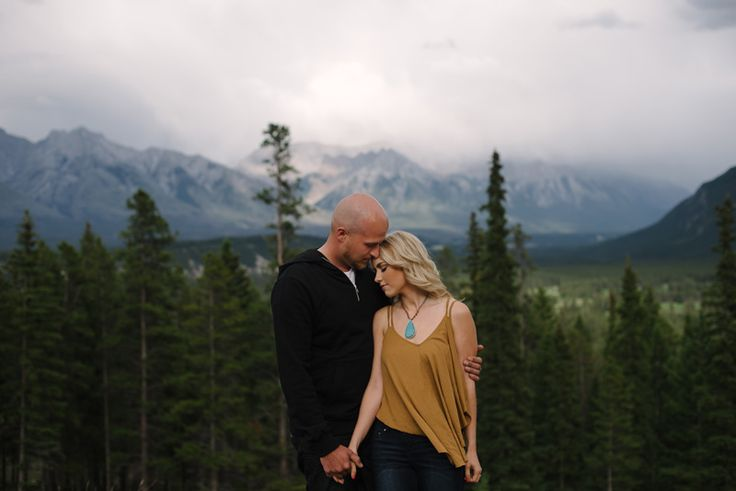 Casual and boho engagement outfits. #mountain #engagement #photography