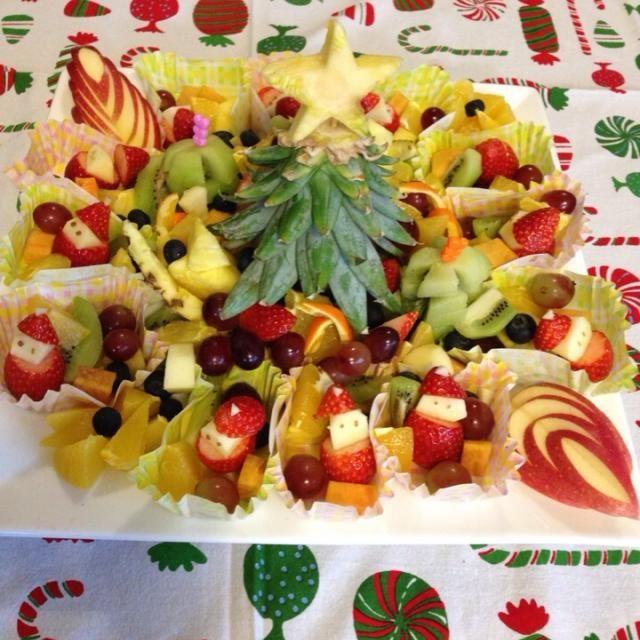 パイナップルのへた?を見てたら、、逆さにしたらツリーになりそう!って思いつきました。パーティーの果物係だったので、華やかに。。 - 4件のもぐもぐ - フルーツカット クリスマスバージョン by ichi5chocolate