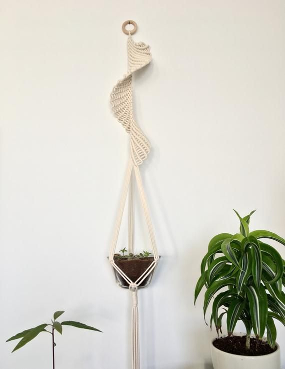 This Spiral Plant Hanger Is Made Out Of 100 4mm Cotton Rope It Can Fit Small And Medium Plants And Ca Porta Macetas En Macrame Arte Macrame Macetero Macrame
