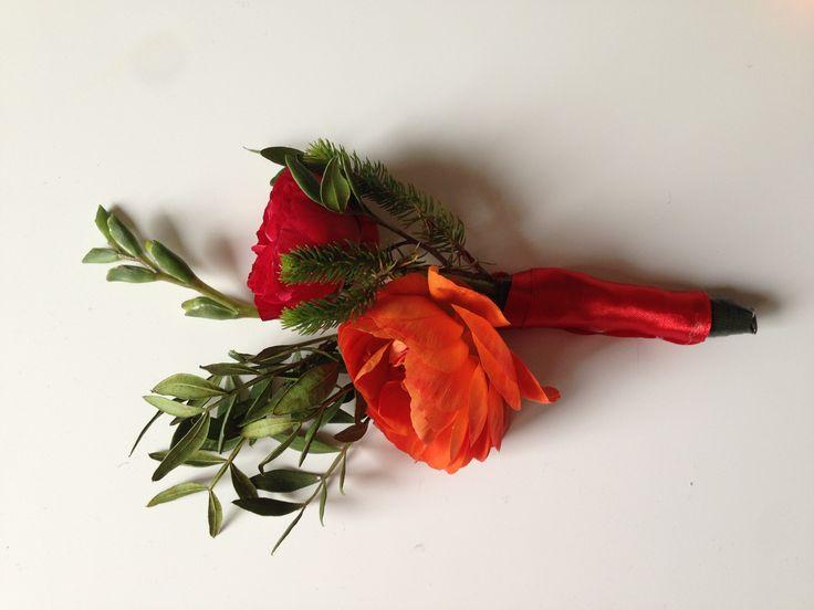 Бутоньерка на красную свадьбу. Розы, фрезии, ранункулус. Красная свадьба