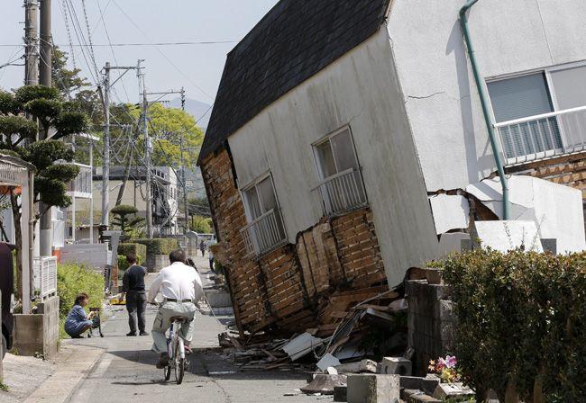 地震で傾いた建物=熊本県益城町:熊本県で震度7の地震 写真特集:時事ドットコム