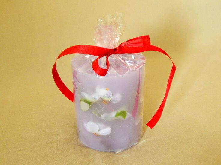 Μοβ χειροποίητο κερί με άρωμα βιολέτας. Purple handmade candle with violet aroma`