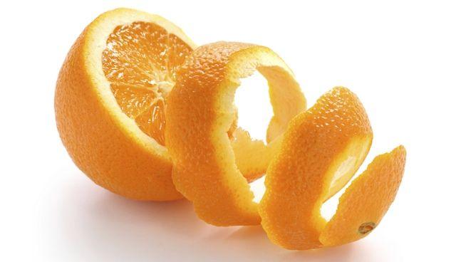 Wywal rutinoscorbin, zrób sobie i dziecku własną witaminę C Skórka z pomarańczy (a jednak) i cytryn, a także mniej popularnych u nas limonek jest najzdrowszym, najbardziej profilaktycznym pokarmem, który najczęściej ląduje w śmieciach. Ludzie idą do apteki po rutinoscorbin i aspirynę, ale nie przyjdzie im do glacy, że mogą zrobić dla siebie i …