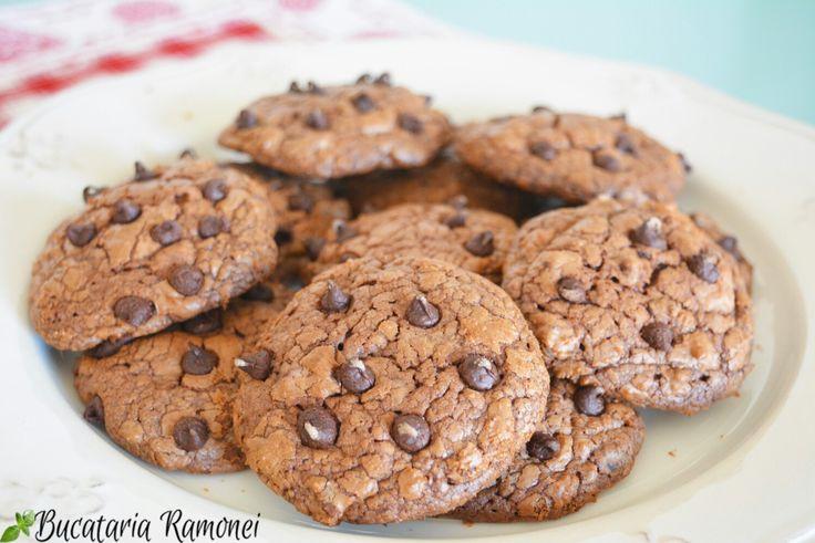 Dacă ceea ce căutați sunt niște biscuiți cu gust de ciocolată care se topesc în gură am exact rețeta potrivită pentru voi! Iată cum se face: http://bucatariaramonei.com/recipe-items/cookies-cu-ciocolata/