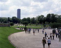 Le jardin du Luxembourg et la Tour Montparnasse. Paris, mai 2000.