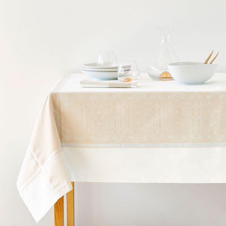 Viste tu mesa con los manteles y servilletas del avance de otoño 2017 de Zara Home. Manteles plastificados, bordados, resinados, modernos o clásicos.