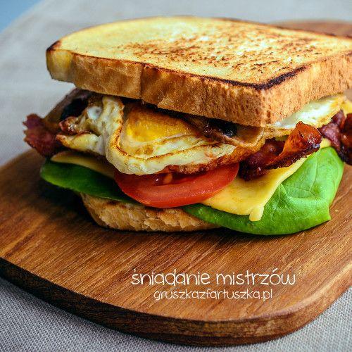 Przepis na śniadanie mistrzów - tosty z patelni, z bekonem, sadzonym jajkiem, serem topionym i świeżymi warzywami. Doskonały początek dnia.