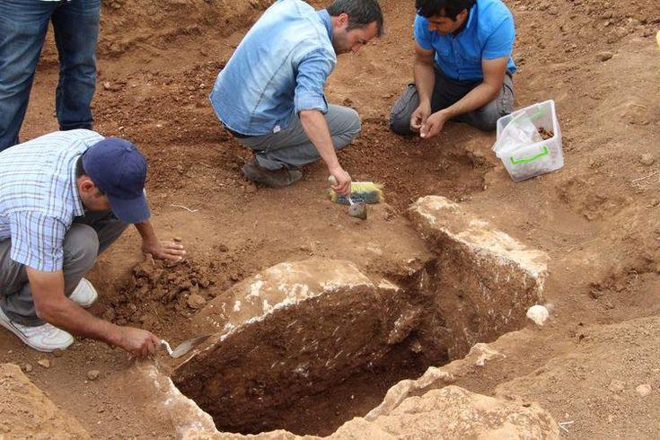 Mardin'de 5000 Yıllık Mezar Bulundu Yazar: Oğuz Sezgin 03 Haziran 2015 Mardin'de Mısır piramitleri kadar eski 5000 yıllık bir mezar bulundu. Mardin'in Nusaybin İlçesi'nde köylülerin bulduğu boş testi alanında müze ekipleri tarafından yapılan kazıda M.Ö. 3 bin yılına ait bir mezar bulundu. Nusaybin'e bağlı Açıkköy Köyü'nün doğusunda bulunan bir tarlanın sahibi bir testi buldu. Köylü, bulduğu testiyi kaldırmak isteyince altından boş bir delik çıkınca durumu jandarmaya bildirdi. Köye gelen…
