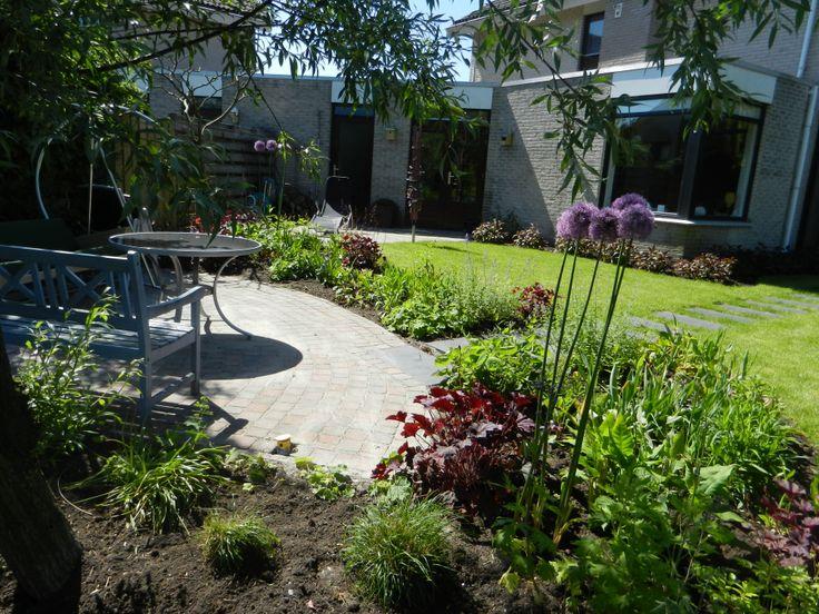 Een tuin aan het water. Het is een groene plek geworden, met ruimte om te spelen, te relaxen, vuurtjes te stoken en te eten!