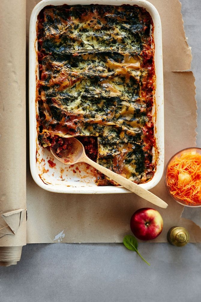 Kevyt mutta maukas lasagne valmistetaan kalkkunanjauhelihasta ja ryyditetään lehtikaalilla. Herkullisen pinaattikastikkeen ansiosta päällinen ei kaipaa ede