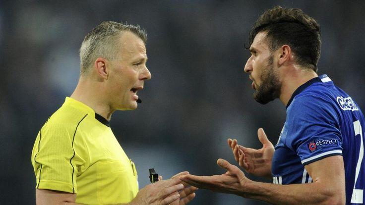 Schiri Bjoern Kuipers (l./Holland) diskutiert mit Daniel Caligiuri (Schalke)
