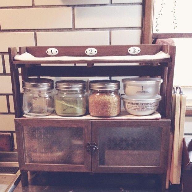 キッチンではスパイスラックなど小物用の棚を作って活用している人が結構います。すのこは木製なので、使い込んでいくうちに味が出そうです。扉を付けるとすのこだということを忘れそうなくらいおしゃれになりますね。