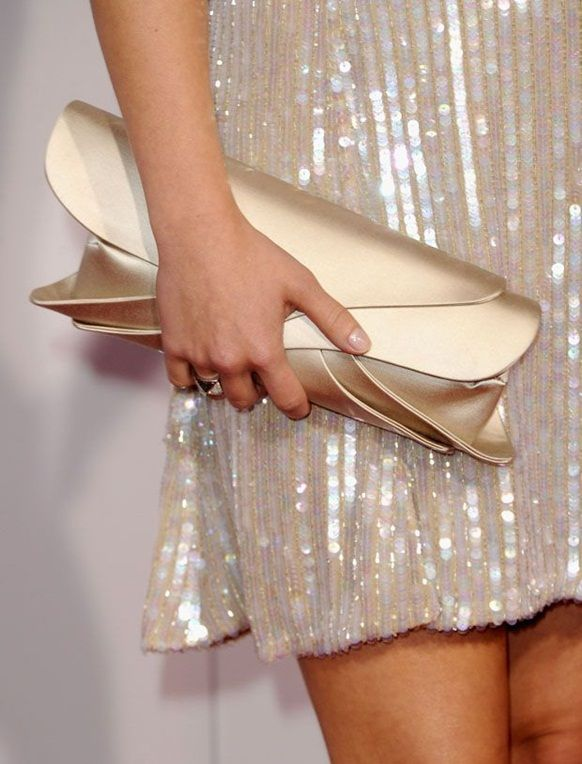 2015 çanta modasında karşımıza en çok çıkacak tarzlardan biri, askısız katlanabilen anvelop çanta modelleri.  Gucci'nin tasarladığı bu modeli;  işe , eğlenmeye ya da sıradan bir günde arkadaşlarınızla kahve içmeye giderken takabilirsiniz. Tamamen yapacağınız kombine ayak uyduracak şekilde kullanışlı.