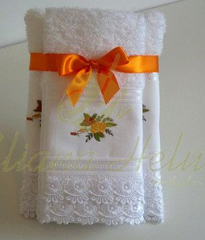 Toalhas de rosto e lavabo bordadas e acabamento com renda guipir. Face towels and toilet and finishing with lace embroidered guipir.