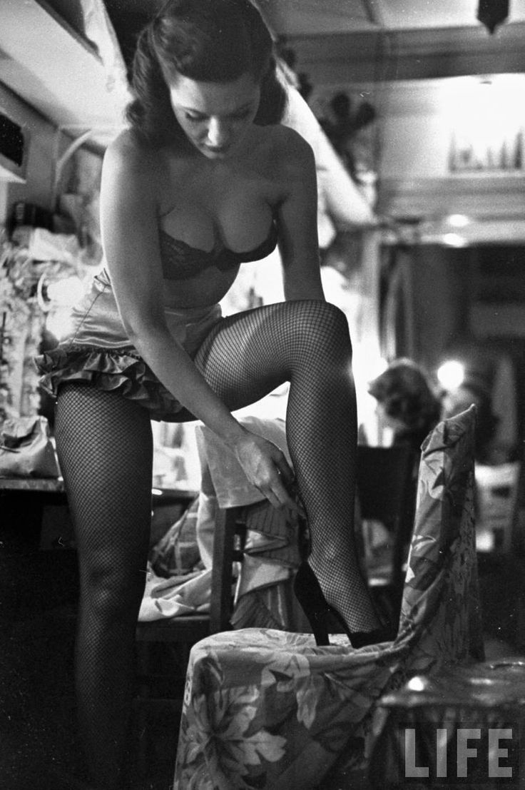 juste avant de chanter, juste avant de danser, pour votre plaisir.... George Silk - Chorus girl-singer Linda Lombard, backstage getting ready for show, 1949.