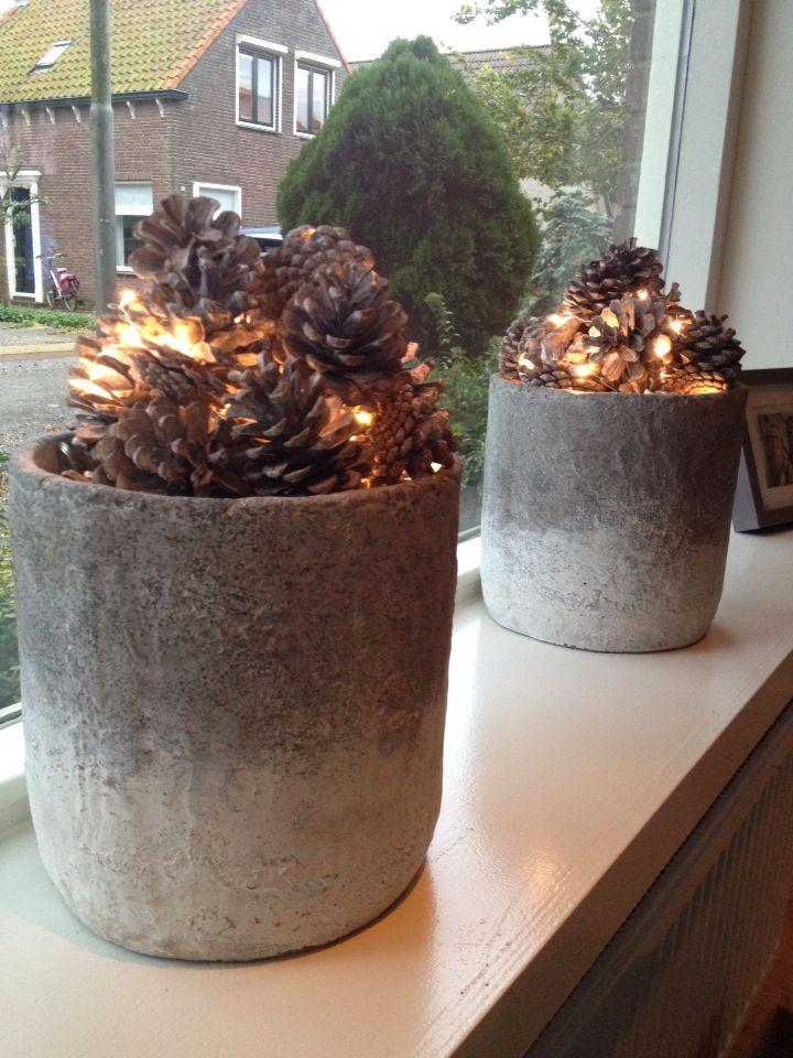Vensterbank decoratie herfst ~ Potten gevuld met dennenappels en lichtjes
