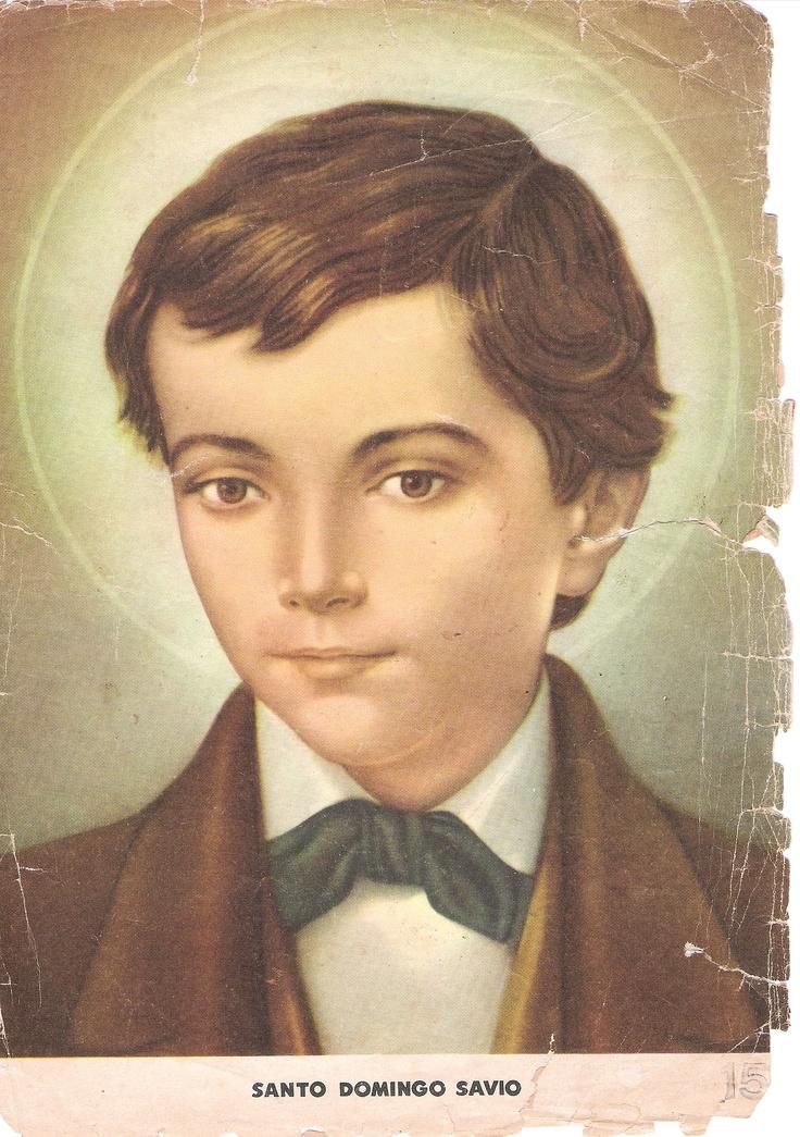 """Santo Domingo Savio (Mayo 6). Joven estudiante de Don Bosco, murió faltando 3 semanas para cumplir 15 años. Desde muy pequeño sirvió como acólito y cuando llegaba al templo y encontraba cerrada la puerta se quedaba arrodillado adorando a Jesús Eucaristía mientras llegaba el sacristán. Antes de su primera confesión le pidió perdón a su mamá por todos los disgustos que la había dado siendo niño. El día de su primera comunión redacto el famoso propósito que dice: """"Prefiero morir antes que…"""
