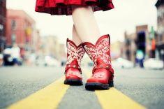 カウガールにレッドのブーツで、Road stock photo                                                                                                                                                                                 もっと見る