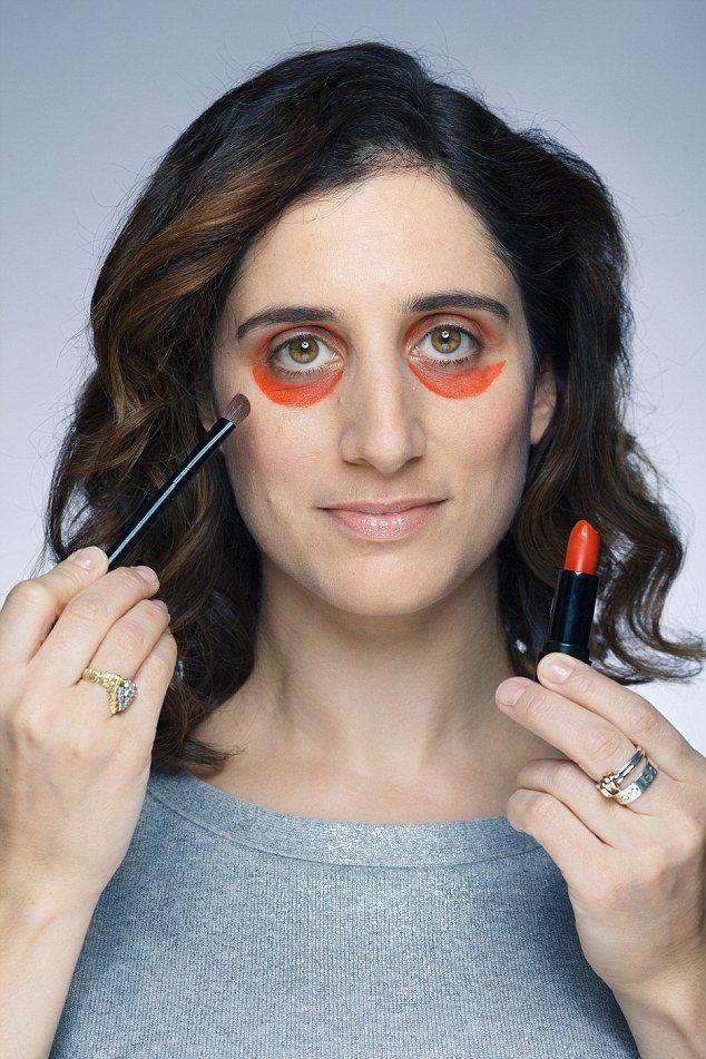 Aprenda a usar batom laranja para disfarçar  orelhas