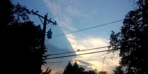 (adsbygoogle = window.adsbygoogle || []).push();   Un curioso y extraño fenómeno fue captado por un usuario de youtube. El fenómeno pareciera que cortara las nubes en forma diagonal o que algo esta escondido y no deja avanzar la nubosidad. La ubicación de donde ocurrió esto es todo...