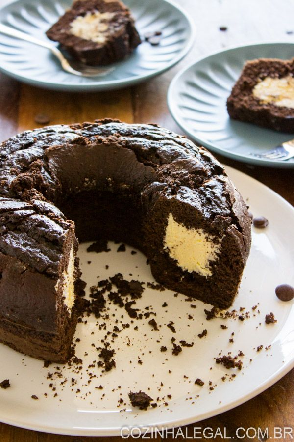 Bolo de chocolate com leite ninho é uma das combinações mais saborosas de bolo que eu conheço. Simplesmente irresistivel. Receita fácil e rápida dessa dupla que se tornou uma mania nacional! | cozinhalegal.com.br